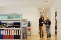 オフィスを歩く女性 21087000297A| 写真素材・ストックフォト・画像・イラスト素材|アマナイメージズ