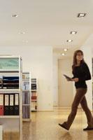 オフィスを歩く女性