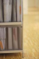 書類の入った棚