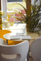 オフィスのテーブルと椅子