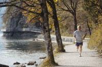湖畔でジョギングをする男性 21087000343B| 写真素材・ストックフォト・画像・イラスト素材|アマナイメージズ