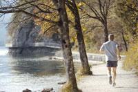 湖畔でジョギングをする男性 21087000344B| 写真素材・ストックフォト・画像・イラスト素材|アマナイメージズ