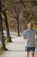 湖畔でジョギングをする男性