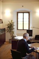 オフィスで書類に目を通す男性