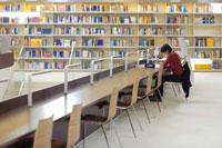 図書館で勉強する女性