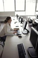 パソコンに向かう女性 21087000389| 写真素材・ストックフォト・画像・イラスト素材|アマナイメージズ