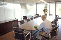 ミーティングルームで仕事をする男性 21087000402| 写真素材・ストックフォト・画像・イラスト素材|アマナイメージズ