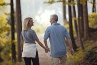 森の中を散歩する夫婦 21087000418B| 写真素材・ストックフォト・画像・イラスト素材|アマナイメージズ