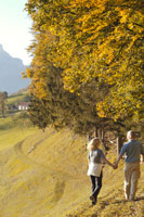 山道を散歩する夫婦