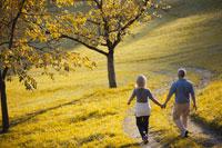 山道を散歩する夫婦 21087000424| 写真素材・ストックフォト・画像・イラスト素材|アマナイメージズ