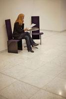 携帯電話で話す女性 21087000468| 写真素材・ストックフォト・画像・イラスト素材|アマナイメージズ