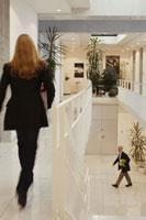 オフィスを歩く人々 21087000470B| 写真素材・ストックフォト・画像・イラスト素材|アマナイメージズ
