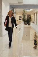 オフィスを歩く人々 21087000471B| 写真素材・ストックフォト・画像・イラスト素材|アマナイメージズ