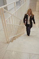 階段を上る女性