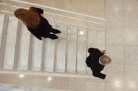 階段ですれ違う男女 21087000475| 写真素材・ストックフォト・画像・イラスト素材|アマナイメージズ