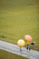 傘をさして犬の散歩をする母と子 21087000481| 写真素材・ストックフォト・画像・イラスト素材|アマナイメージズ
