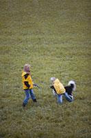 犬と戯れる母と子 21087000484| 写真素材・ストックフォト・画像・イラスト素材|アマナイメージズ