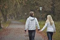 手をつなぎ歩くカップル後姿