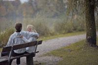 ベンチに座るカップル後姿 21087000499A| 写真素材・ストックフォト・画像・イラスト素材|アマナイメージズ