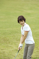 ゴルフをする女性
