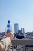 非常階段で水を持って休憩するOLの手元 21088000036| 写真素材・ストックフォト・画像・イラスト素材|アマナイメージズ