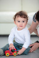 母親とおもちゃで遊ぶ子供 21088000184| 写真素材・ストックフォト・画像・イラスト素材|アマナイメージズ