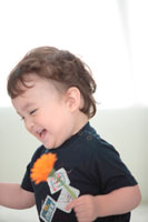 花を持って笑う子供