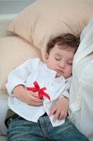 ギフトボックスを持って眠る子供 21088000225A| 写真素材・ストックフォト・画像・イラスト素材|アマナイメージズ