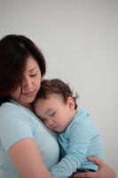 母親に抱かれて眠る子供