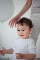 風船で遊ぶ母と子 21088000305| 写真素材・ストックフォト・画像・イラスト素材|アマナイメージズ