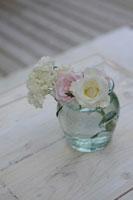花瓶に生けたバラ