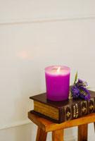 台の上の本とキャンドルとブットリア