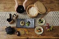 和の食卓とお椀を持つ女性の手元