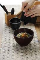 鮭茶漬けを作る女性の手元