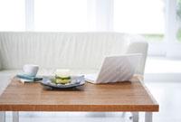 テーブルの上のパソコンとキャンドルと小物