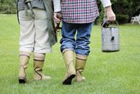 長靴を履いて歩くカップル