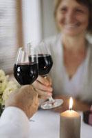 ワインで乾杯をする老夫婦