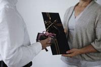 プレゼントを持つ老夫婦