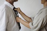 男性のネクタイを直す女性 21090001208  写真素材・ストックフォト・画像・イラスト素材 アマナイメージズ