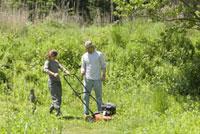 草刈をする男性と女性