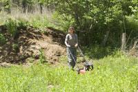 草刈をする女性