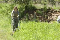 草刈をする女性と男性