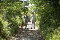 歩く男女と犬