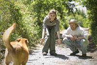 男女と犬 21090001256| 写真素材・ストックフォト・画像・イラスト素材|アマナイメージズ