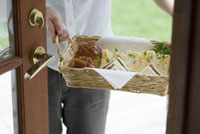 カゴに入ったサンドウィッチを持つ男性の手元 21090001297| 写真素材・ストックフォト・画像・イラスト素材|アマナイメージズ