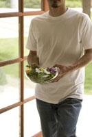 サラダを持つ男性