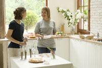 キッチンに立つ女性2人