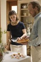 キッチンに立つ男女