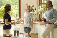 キッチンに立つ男性と女性2人