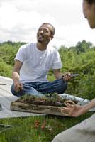 農作業をする男女 21090001328| 写真素材・ストックフォト・画像・イラスト素材|アマナイメージズ